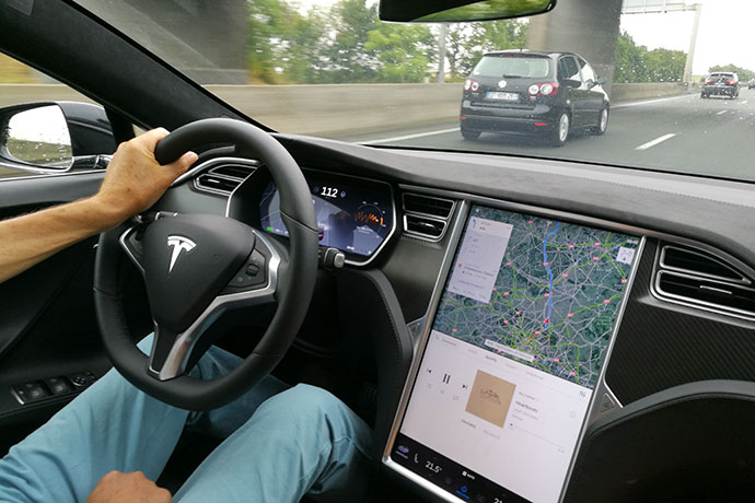 tesla-model-s-conducteur